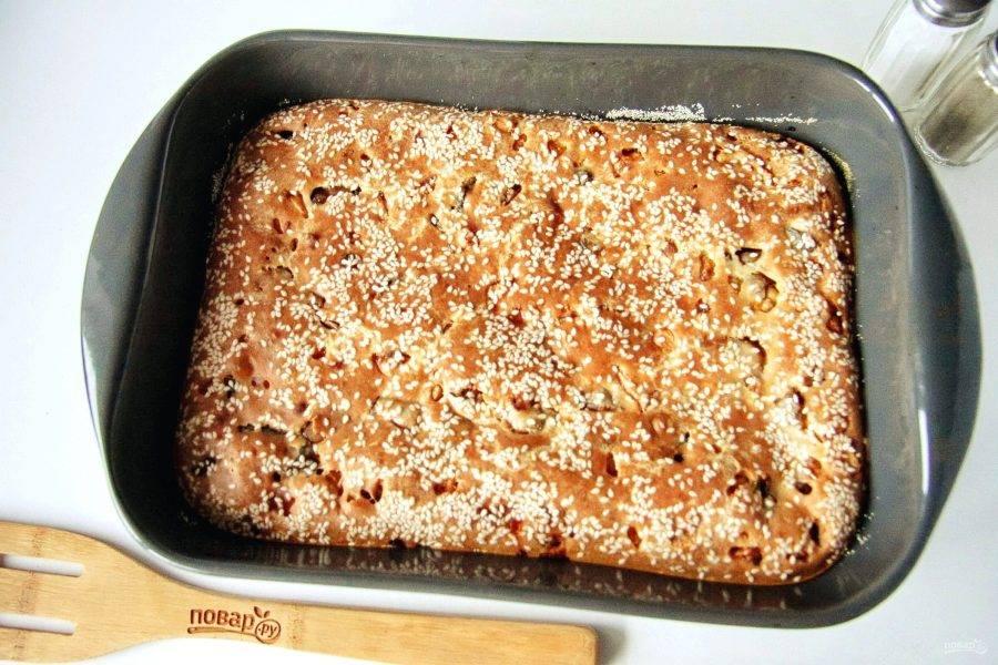 Заливной пирог с курицей и грибами готов. Можно подавать как в теплом виде, так и в остывшем.