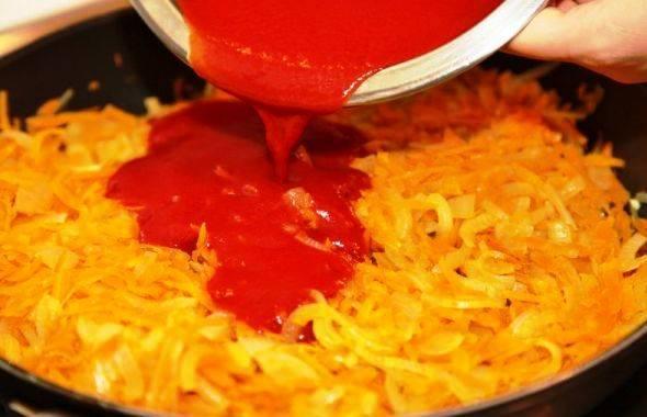 Растительное масло, сахар, кетчуп, томатную пасту и воду смешайте и добавьте к овощам на сковороде.