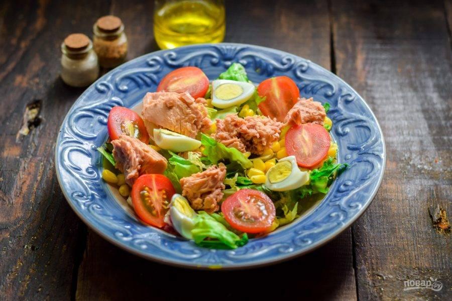 Добавьте тунец, заправьте салат маслом и соком лимона, добавьте соль и перец. Подавайте салат к столу.