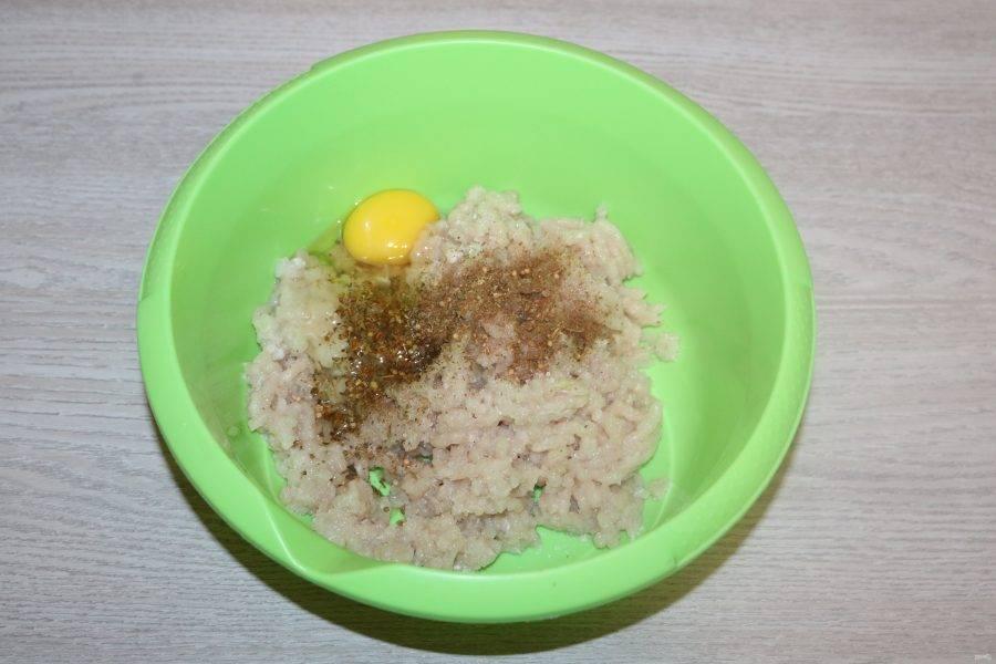 В фарш добавьте яйцо, соль и специи.