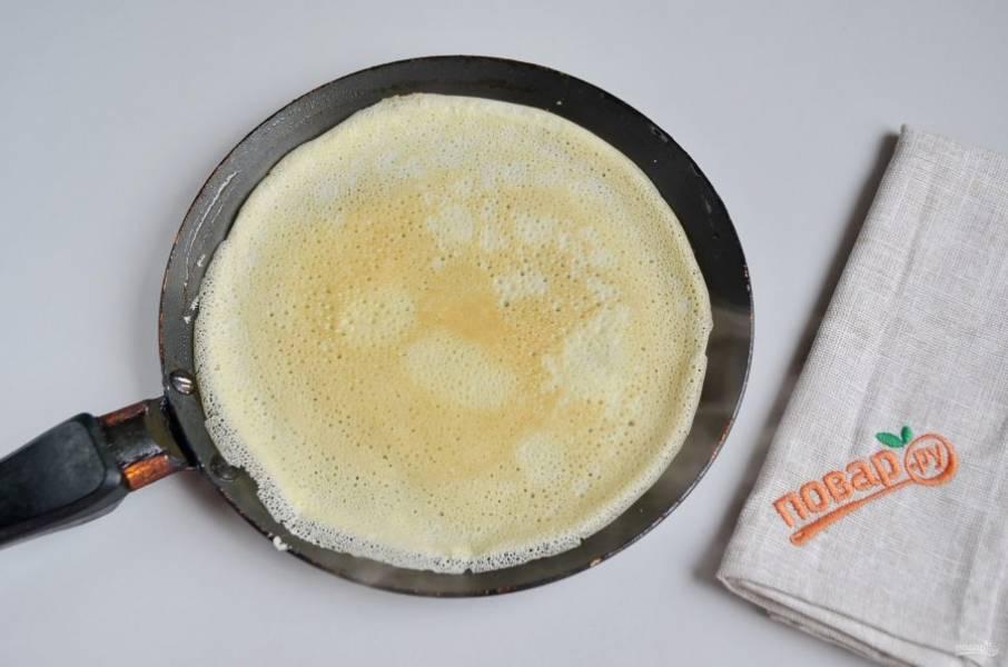 17. Как только край блинчика начнет отходить от сковороды, лопаткой подденьте его и переверните. Жарьте еще несколько секунд.