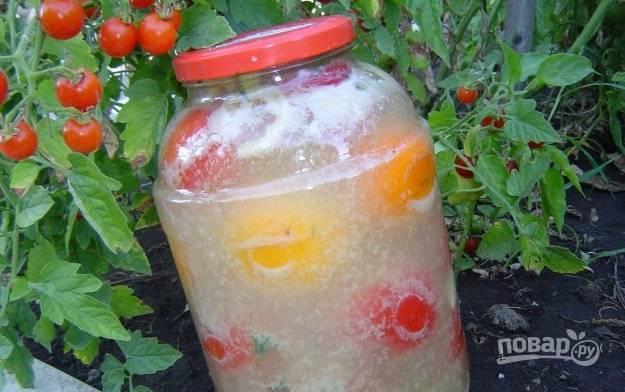 Влейте рассол к помидорам и закройте банки крышками. Уберите заготовку в холодное место. Спустя сутки можно пробовать.