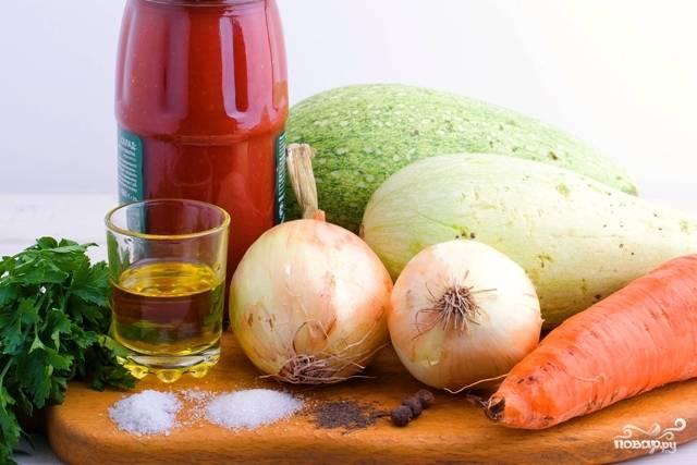 1. Вот такой аппетитный набор ингредиентов вам потребуется, чтобы повторить этот простой рецепт кабачковой икры с морковкой на своей кухне.