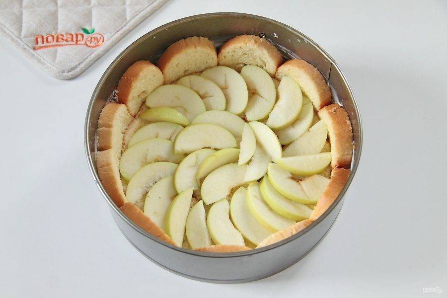 5. Сверху распределите нарезанные дольками яблоки.