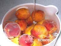 Персики промыть под проточной водой.