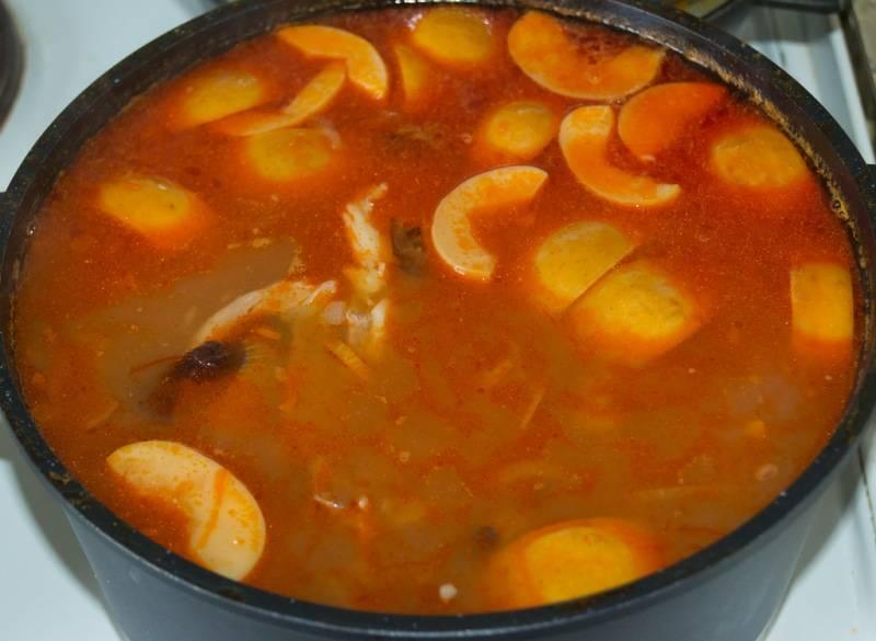 Теперь соединяем все ингредиенты: в кастрюлю с горохом выкладываем отваренное мясо, картофель, яблоко, чернослив и пережаренный с томатной пастой лук. Перемешиваем все и варим суп на среднем огне в течение 10 минут. Затем солим, перчим его и добавляем лимонный сок, ставим суп на огонь еще на 10 минут. Потом снимаем и даем настояться минут 10-15. Бозбаш готов, украшаем его свежей зеленью и подаем к столу. Приятного аппетита!