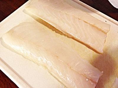 Филе трески моем и нарезаем на порционные кусочки. Кладем рыбу в глубокую миску.