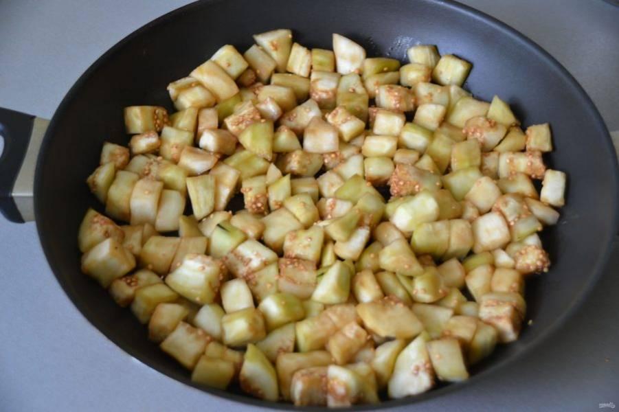 Баклажаны хорошо отожмите и в разогретой сковороде обжарьте несколькими партиями на растительном масле до румяного цвета.