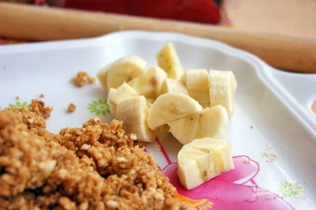 4.Банан очищаю от кожуры и разрезаю вдоль, затем — еще на кусочки, может пригодиться не весь банан.