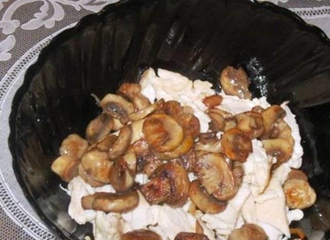 Смешайте всё в салатнике, добавьте потертый на терке огурец, соль, заправьте горчицей и небольшим количеством яблочного уксуса. Хорошо перемешайте и подавайте на стол.