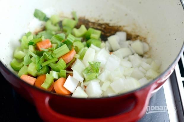 6. Затем уберите курицу, а вместо неё добавьте морковь, лук и сельдерей. Можете влить немного масла.