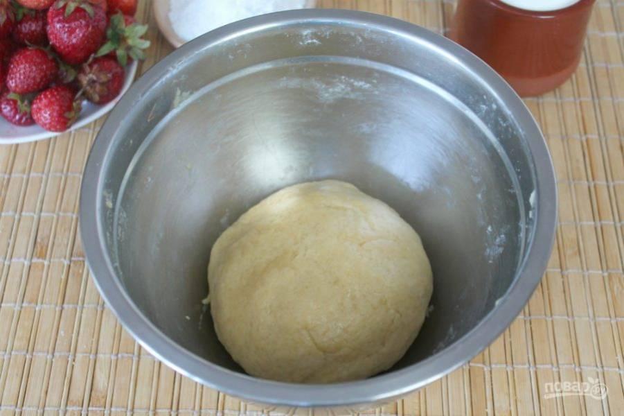 Готовое тесто накрываем пищевой пленкой и охлаждаем 20 минут.