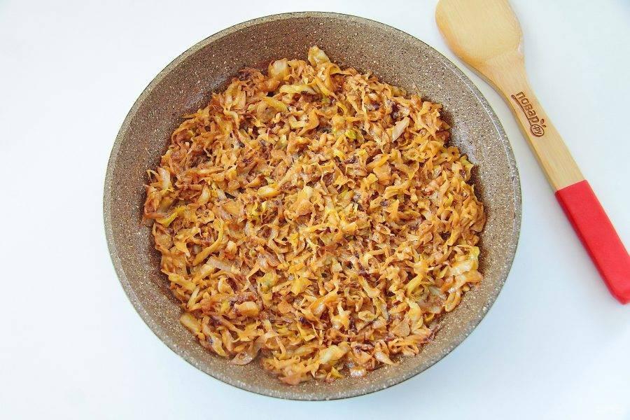 Обжарьте все вместе до желаемой готовности капусты. Я люблю позажаристее. Добавьте сливки и потушите капусту до мягкости еще около 10-15 минут. В конце добавьте соль и специи по вкусу.