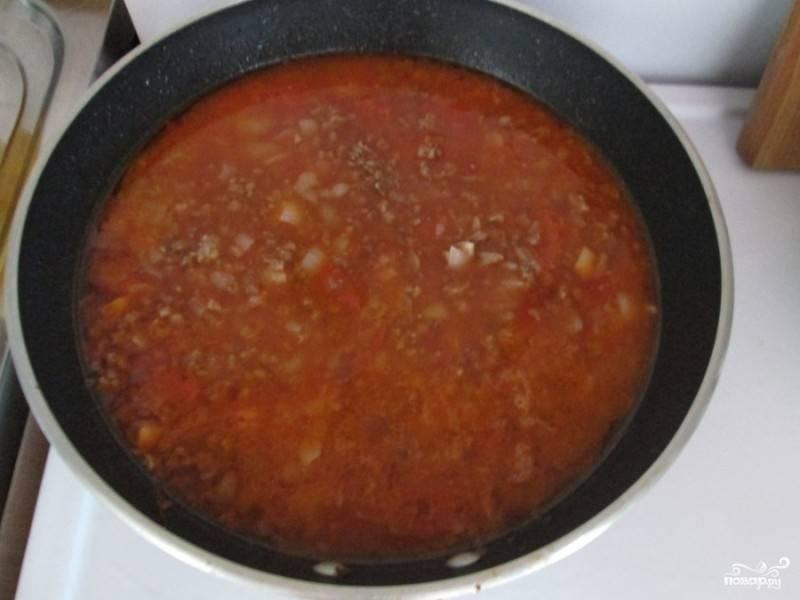 Накрываем сковороду крышкой и тушим на медленном огне в течение 10 минут. Затем нужно добавить пару ложечек томатной пасты (желательно натуральной) и влить бульон или воду. Теперь все это великолепие можно посолить и посыпать перцем.