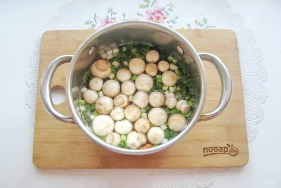 Выложите шампиньоны. Крупные грибы нарежьте. Посолите суп и варите до готовности овощей.