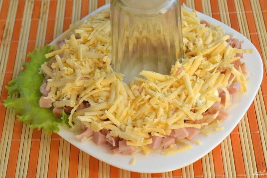Натрите на крупной терке твердый сыр (советую брать пармезан или похожий) и выложите на копченую курицу.