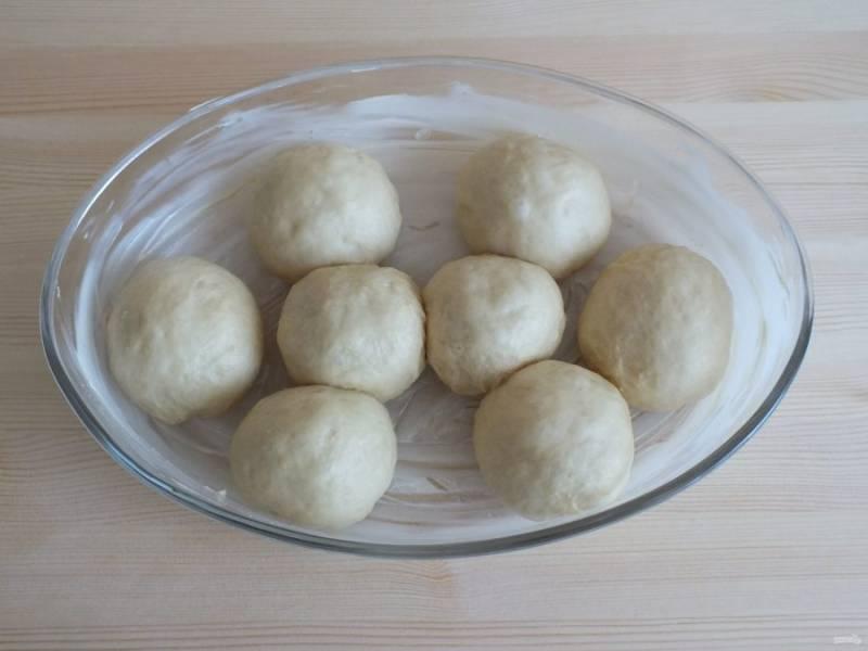 Возьмите глубокую, широкую форму и смажьте маслом. Выложите тесто. Оставьте на 30 минут для расстойки.