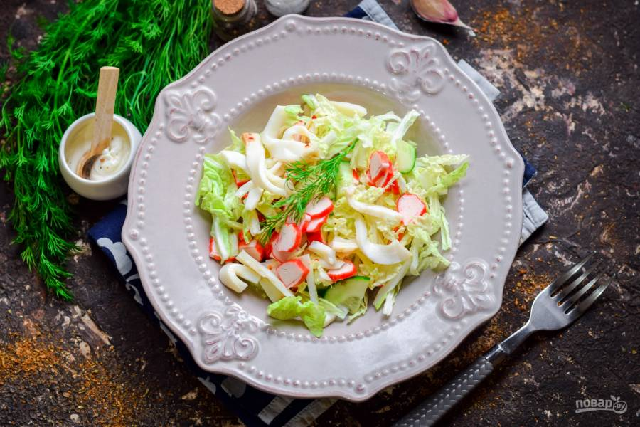 Салат с пекинской капустой, крабовыми палочками и кальмарами