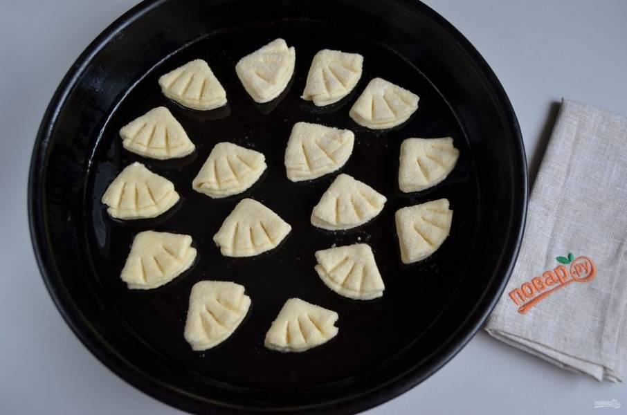 10. Противень смажьте растительным маслом или застелите пергаментом, выложите печенье, с помощью зубочистки нанесите рисунок (вдавите ее просто в тесто), имитируя гусиную лапку. Отправьте в разогретую духовку печенье на 15-20 минут, температура 180 градусов.