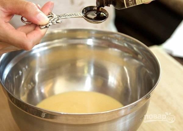 2. Добавьте ванильный экстракт и перемешайте как следует.