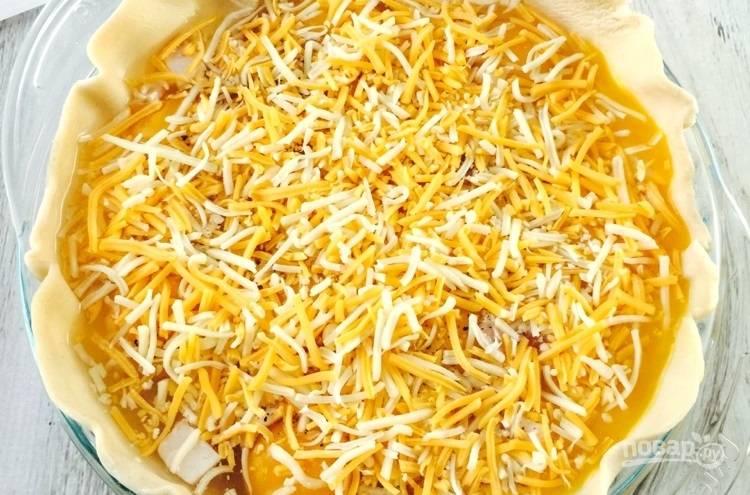 6.Посыпьте начинку пирога тертым сыром.