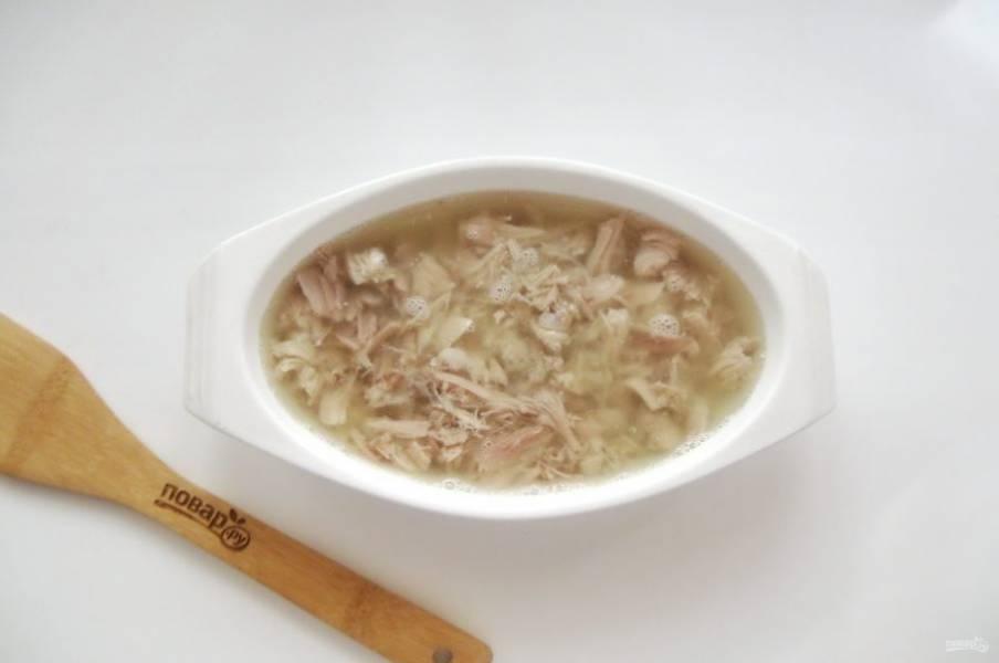В каждую тарелку добавьте измельченный чеснок и залейте мясо бульоном. Отправьте в холодильник до полного застывания.