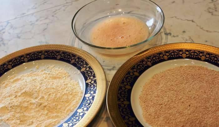 Для панировки подготовим три тарелки: 1) взбитое яйцо, 2) панировочные сухари, 3) мука. Тем временем нагрейте сковороду с маслом.