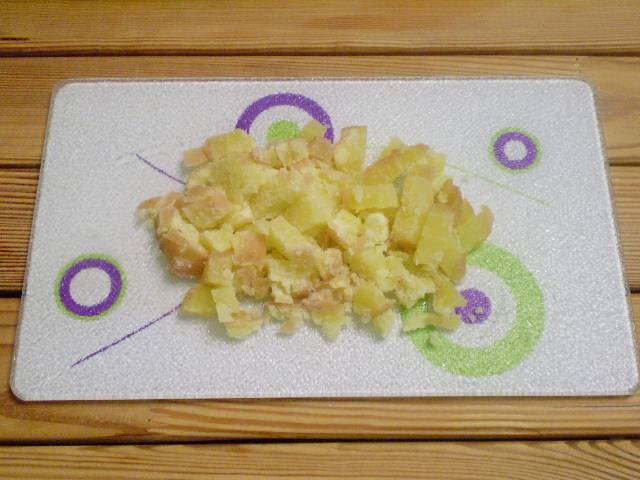 2. Картофель порезать кубиками.