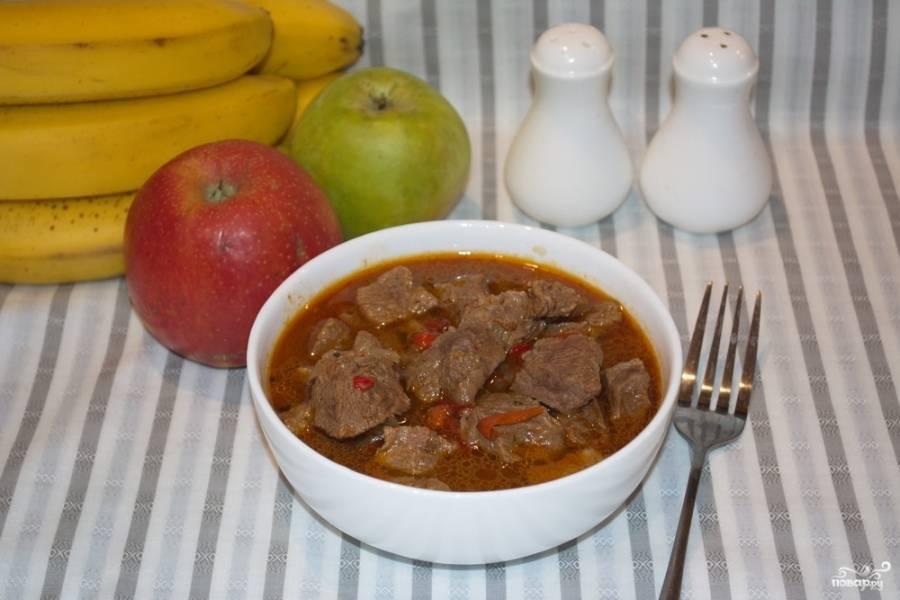 Тушите под крышкой 15 минут. Затем влейте в кастрюлю к мясу кипяток. Перемешайте. Тушите 1,5 часа до идеальной мягкости мяса.