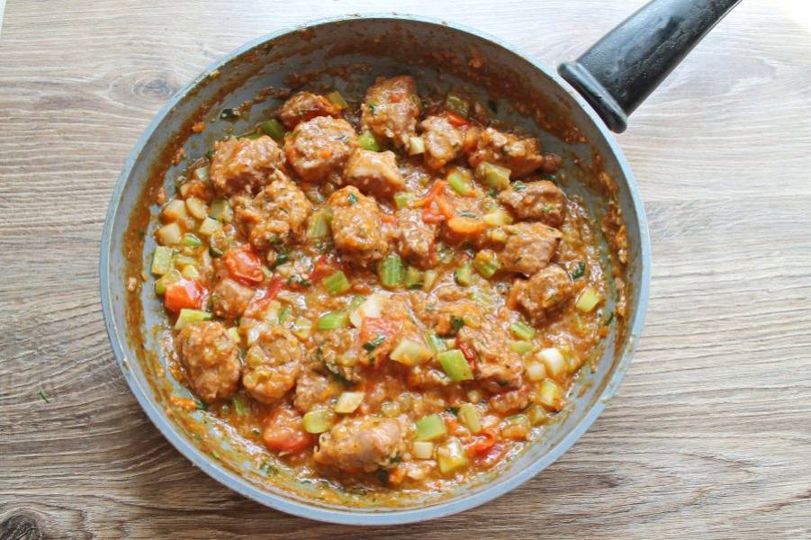 Добавьте порезанные томаты, зелень, итальянские травы, перемешайте и тушите еще 5 минут. Добавьте отложенные овощи, прогрейте все еще 2-3 минуты и снимайте с огня.