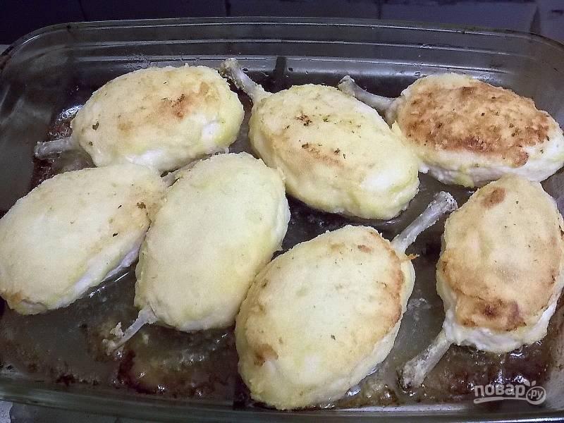 Переложите котлеты в форму для запекания и готовьте в горячей духовке при 190 градусах в течение 20 минут.