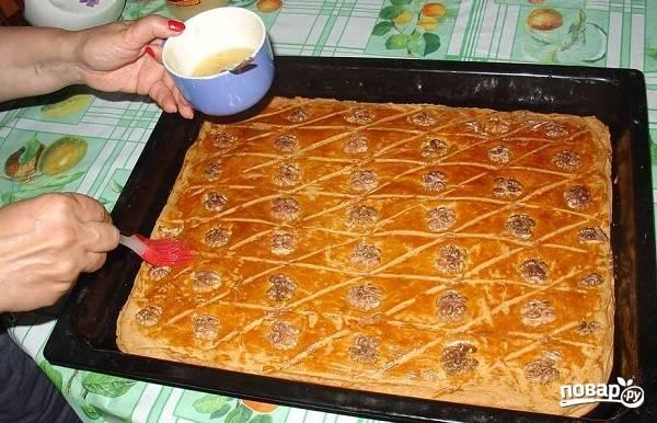 11. Примерно через полчасика приготовьте сладкий сироп: соедините мед с водой. Достаньте противень, обильно смажьте пахлаву медом и отправьте обратно в духовку еще минут на 10-15.  Приятного чаепития!