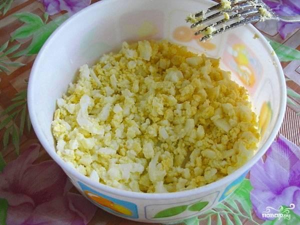 Вареные яйца очищаем и измельчаем.