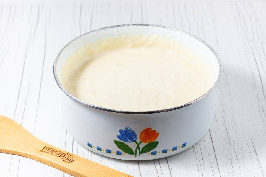 В последнюю очередь добавьте просеянную муку и взбейте до однородного теста. Выкладывайте тесто столовой ложкой в сковороду с небольшим количеством растительного масла и жарьте оладьи с двух сторон до готовности. После приготовления выкладывайте на бумажное полотенце, чтобы снять излишки жира.