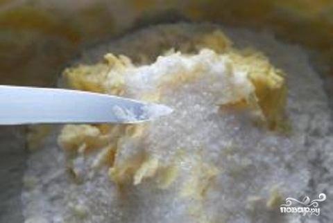 1.Чтобы приготовить тесто, нужно немного заморозить масло. В отдельную посуду всыпать просеянную муку. Масло натереть на терке в муку.  Добавить половину сахара, соль и соду. Растираем руками, чтобы тесто стало в виде крошек.  Проверьте готовность так: сдавите тесто в комок и нажмите на него. Оно должно рассыпаться на крошки. Если комок не рассыпается, добавьте немного муки. Если тесто рассыпается в песок, добавьте немного масла.