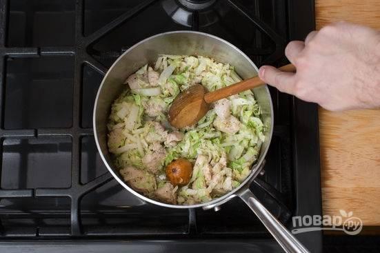 3. Минут через 5 выложите туда же капусту и сушеный лайм.