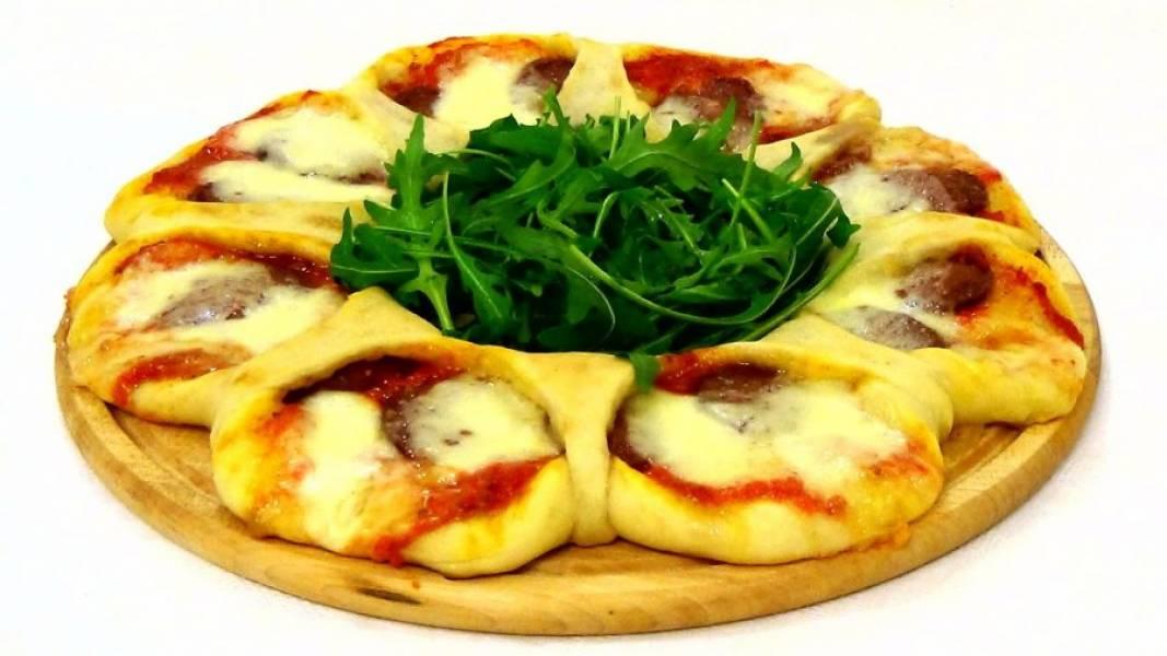 5. Добавьте моцареллу и перенесите тесто на разогретый противень. Выпекайте в разогретой до 250 градусов духовке 10 минут. Подавайте пиццу, украсив ее рукколой. Приятного аппетита!