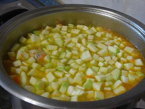 2. Бросаем в бульон кабачки и картофель, порезанные кубиками, лук с морковью и остатками масла со сковороды. Солим, перчим, добавим приправы.