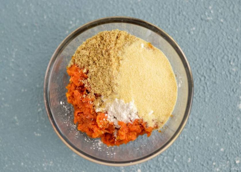 К тушёной тыкве и моркови добавьте семя льна и крахмал. Затем добавьте манку в таком количестве, чтобы получился липкий и пластичный фарш.