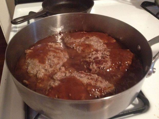 Добавить соус и протушить котлеты на медленном огне.