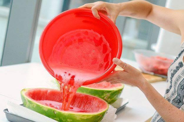 4. Желатин нужно немного прогреть, чтобы он хорошо растворился и соединить с арбузным соком. Все как следует перемешать.