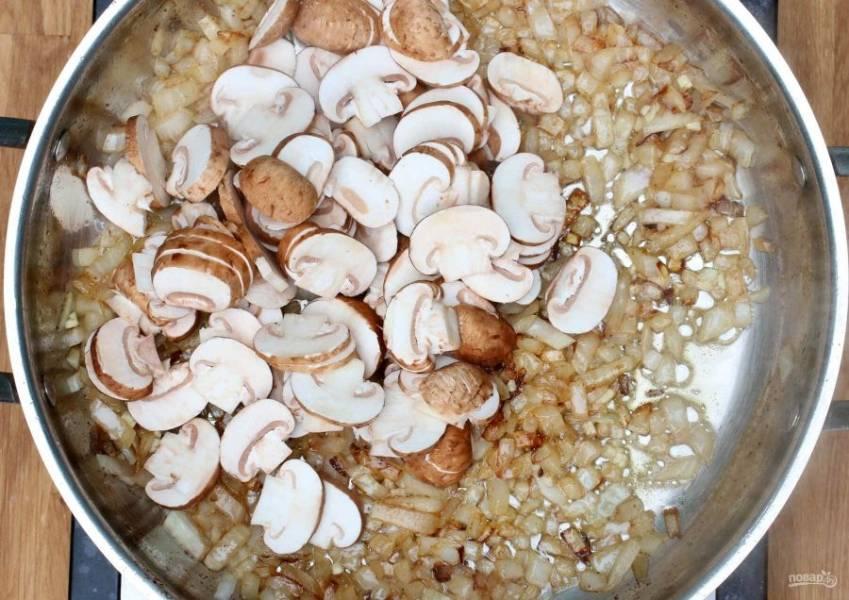 5.Верните сковороду на огонь, добавьте нарезанный кубиком лук, обжаривайте его до прозрачности, затем добавьте чеснок. Нарежьте грибы пластинками, выложите их к луку и чесноку.