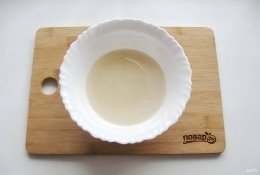 Влейте рафинированное подсолнечное масло.