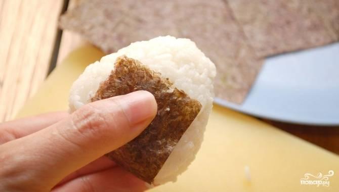 5.Сверху прикройте рисовый комочек листом нори. Блюдо готово. Приятного аппетита. Теперь вы знаете, как приготовить японские рисовые шарики – еще одно блюдо страны восходящего солнца.