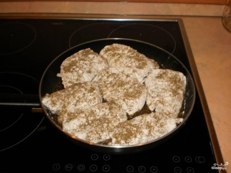 Выложите налим в кляре на сковороду с разогретым растительным маслом. И сверху щедро посыпьте сушёным укропом.