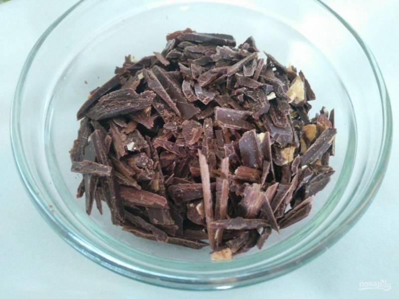 Шоколад порежьте ножом на некрупные кусочки. Можно использовать любой вид шоколада (молочный, тёмный, с наполнителями) либо заменить его маком или кокосовой стружкой.