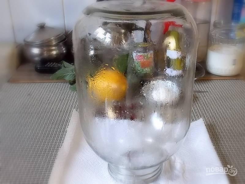 Простерилизуйте 3-х литровую банку и крышку.
