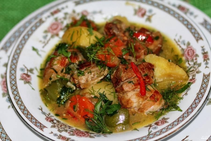 Готовую тушеную свиную корейку подавайте с черным хлебом и салатом из овощей. Приятного аппетита!