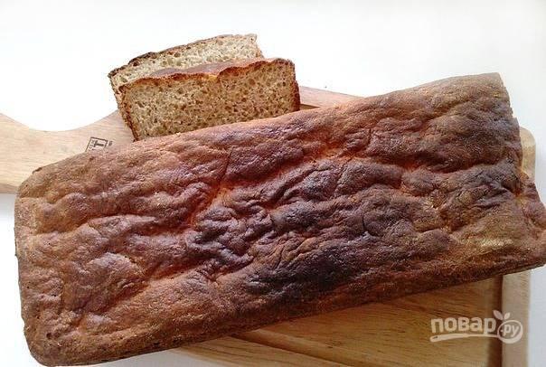Духовку разогрейте до двухсот градусов и поставьте в нее форму с тестом, которое нужно смазать молоком для румяной корочки на хлебе. Выпекайте сорок минут до полной готовности. Хлеб остудите, нарежьте и подавайте к столу.
