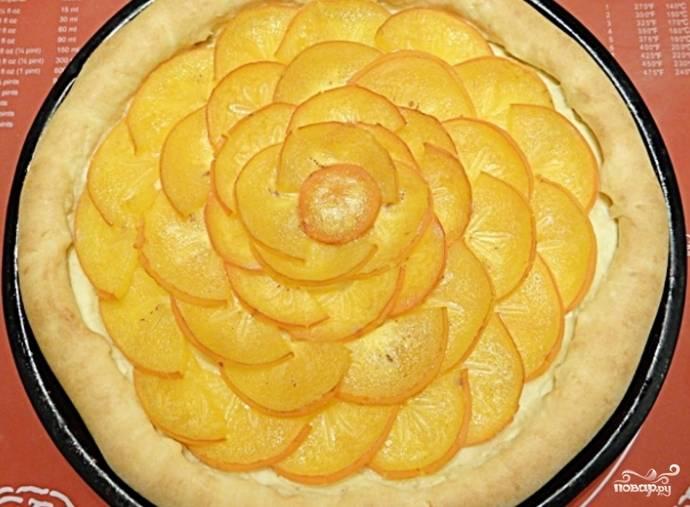 9. Установите температуру 210 градусов. Выпекайте пирог в духовке, пока не появится золотистый цвет. Подготовьте быстро застывающее желе по рекомендациям, указанным на пакетике. Нанесите желе на остывшую хурму. Пирог готов. Теперь, когда вы узнали, как приготовить пирог с хурмой, попробуйте испечь его дома и порадуйте своих близких. Приятного чаепития!